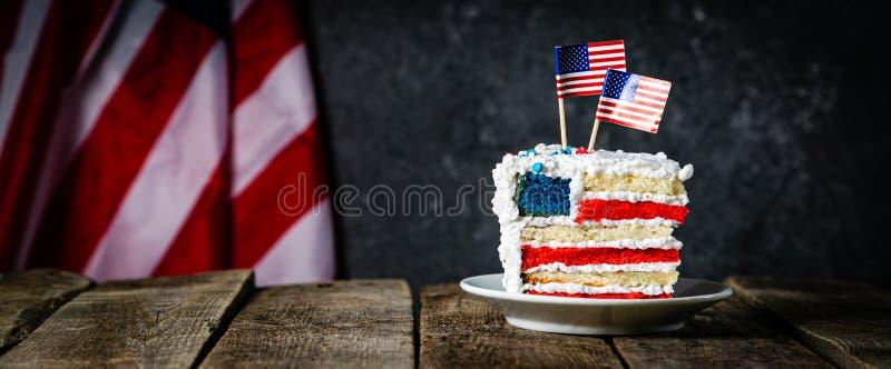 Amerykański święta narodowego pojęcie - 4th Lipiec, Memorial Day, praca dzień Płatowaty spounge tort w usa flagi colours zdjęcie stock