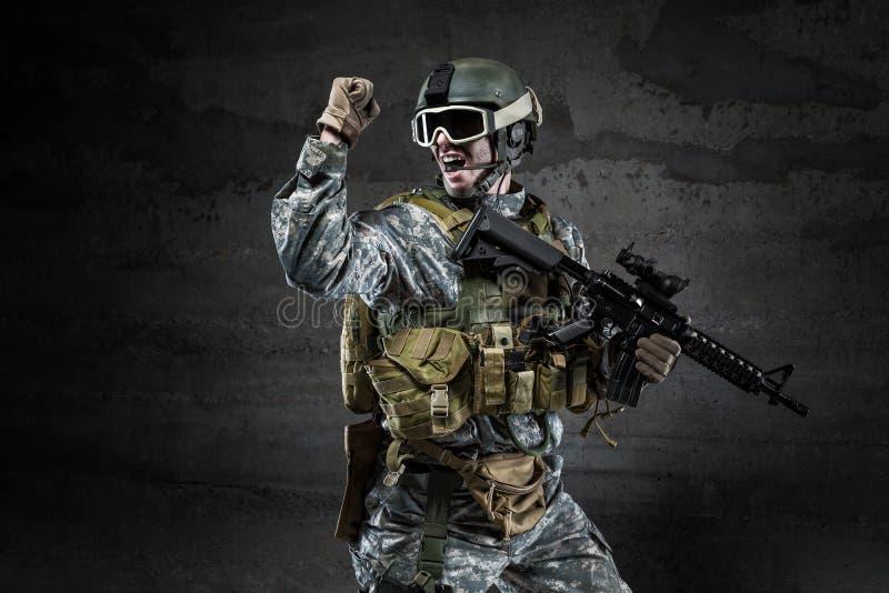 Amerykański żołnierz krzyczy na ciemnym tle fotografia stock
