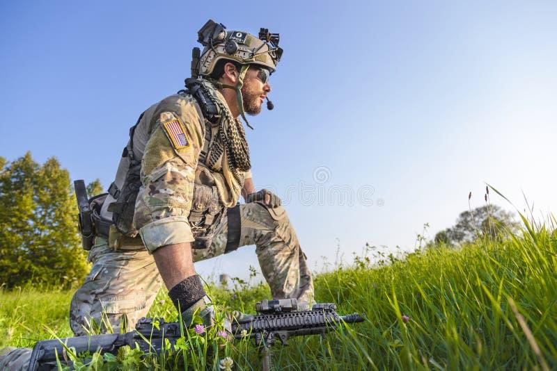 Amerykański żołnierz na niebieskiego nieba tle obrazy royalty free