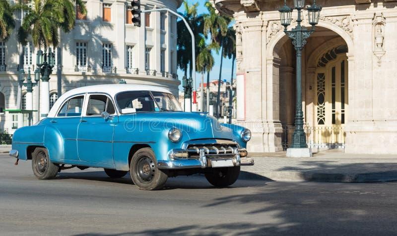 Amerykański błękitny Chevrolet klasyczny samochód z bielu dachem drived na głównej ulicie w Hawańskim mieście Kuba, Seria Kuba re zdjęcie stock