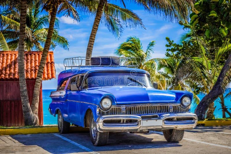 Amerykański błękitny klasyczny samochód parkujący na plaży w Varadero Kuba, Seria Kuba reportażu - zdjęcia royalty free