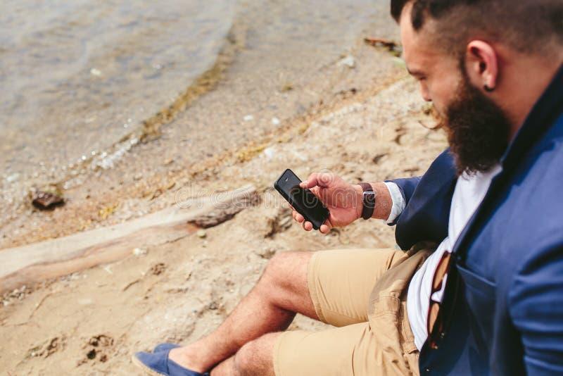 Download Amerykański Brodaty Mężczyzna Używa Telefon Blisko Rzeki Zdjęcie Stock - Obraz złożonej z broda, osoba: 57663222
