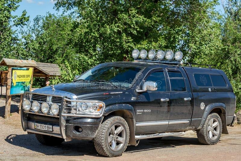 Amerykański droga pojazdu furgonetki Dodge baran 1500 5 7 L występy w parking fotografia royalty free