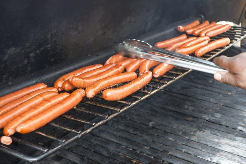 Amerykański hotdogs bing gotujący na outside propanu grillu ma obraz royalty free