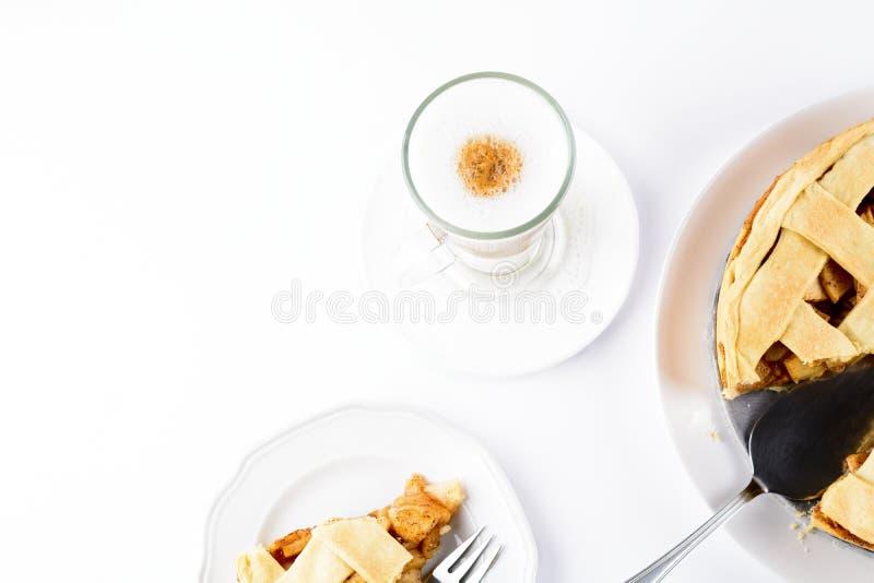 Amerykański jabłczany kulebiak z kawowym Latte w szklanym Irlandzkim kubku odizolowywającym na białym tle fotografia royalty free