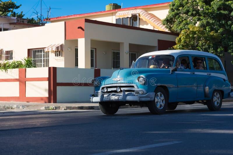 Amerykański klasyczny samochód drived na ulicie przez Varadero Kuba obrazy royalty free
