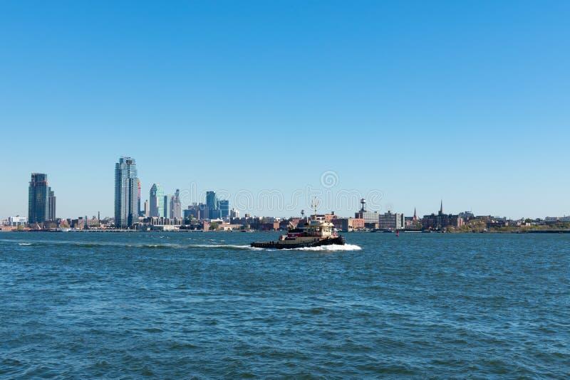 Amerykański Korpus Inżynierów Łódź na East River patrząc w kierunku Brooklynu Nowy Jork obraz stock