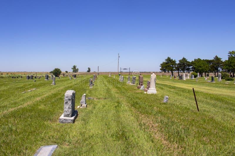 Amerykański kraju cmentarz out na równinach z niektóre grób dekorował dla dnia pamięci i ziemi uprawnej w odległości obrazy royalty free