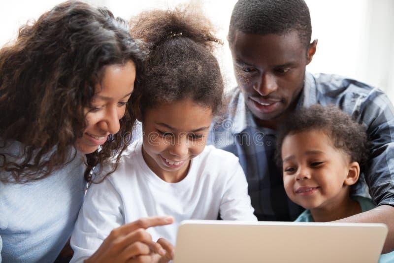 Amerykański młody szczęśliwy rodzinny obsiadanie na leżance wpólnie obraz stock