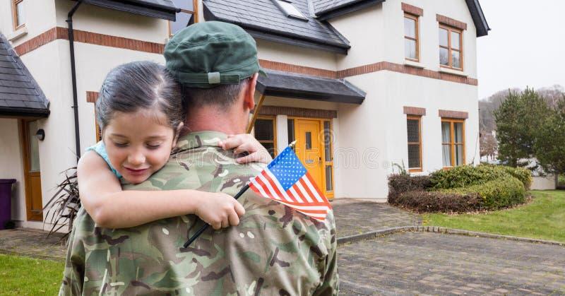 Amerykańskiego żołnierza przewożenia dziewczyna przed domem fotografia royalty free