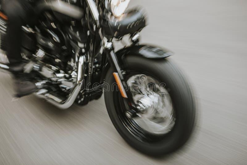 Amerykańskiego motocyklu zakończenia up szczegół z rozmytym ruchu skutkiem fotografia royalty free