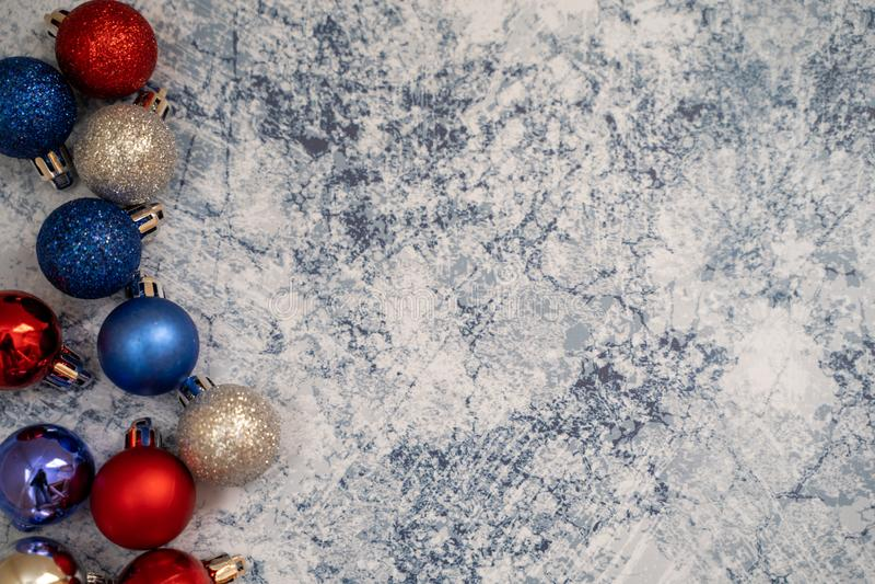 Amerykańskiego usa patriotyczny flatlay Bożenarodzeniowy wakacyjny tło z ornamentami w czerwonych białych i błękita kolorach Poży obrazy stock