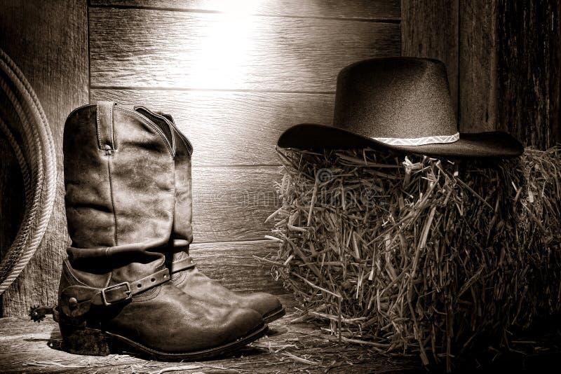 Amerykańskiego Zachodni Rodeo Kowbojscy Buty i Kapelusz w Stajni zdjęcia stock