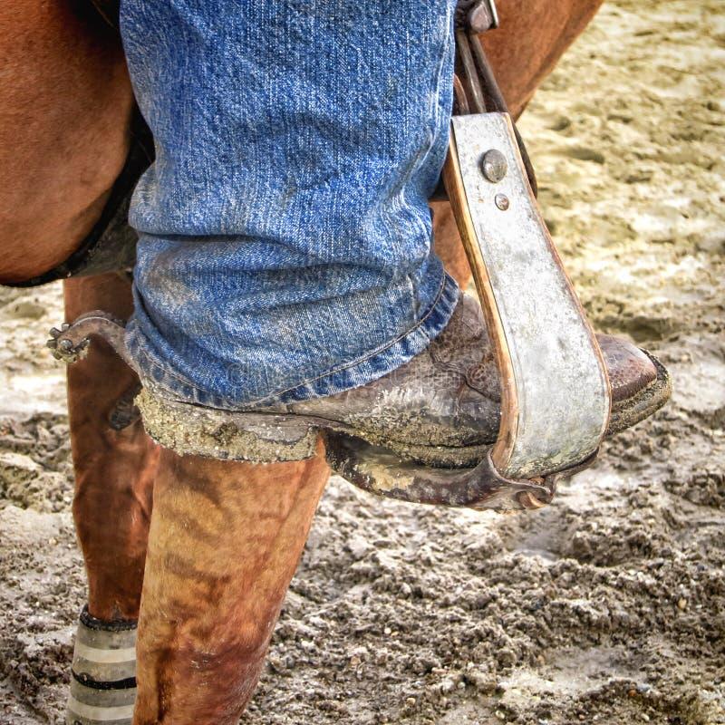 Amerykańskiego Zachodniego rodeo kowboja Brudny but na pocięglu zdjęcie royalty free