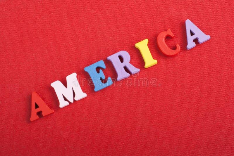 Ameryka słowo na czerwonym tle komponującym od kolorowego abc abecadła bloku drewnianych listów, kopii przestrzeń dla reklama tek zdjęcie royalty free