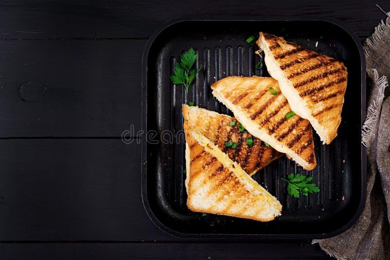 Ameryka?ska gor?ca serowa kanapka Domowej roboty piec na grillu serowa kanapka obraz royalty free