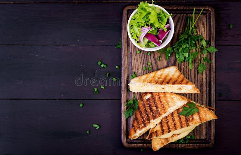 Ameryka?ska gor?ca serowa kanapka Domowej roboty piec na grillu serowa kanapka zdjęcie stock