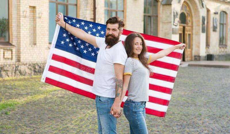 Ameryka?ska tradycja Amerykańscy patriotyczni ludzie Amerykańska mieszkaniec pary usa flaga outdoors Patriotyczny duch fotografia stock