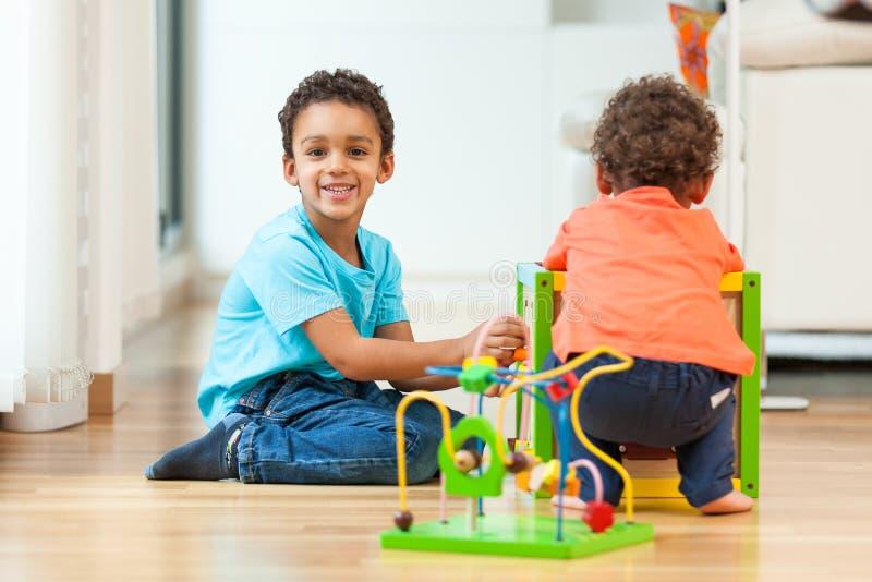 Amerykan afrykańskiego pochodzenia braci dziecko bawić się wpólnie zdjęcie stock