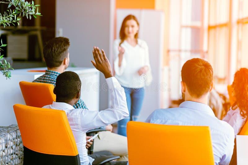 Amerykan afrykańskiego pochodzenia ludzie biznesu Podnosi tam rękę Up przy konferencją odpowiadać pytanie zdjęcia stock
