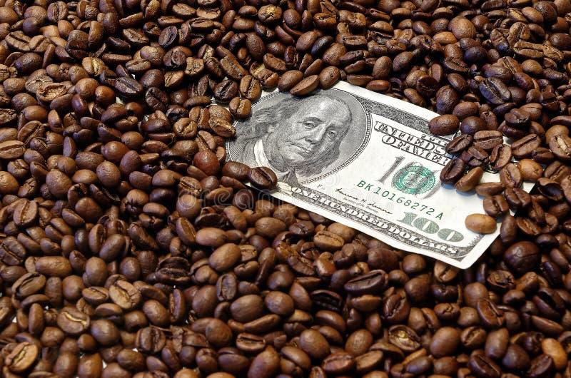 100 amerykan dolarowy banknot w piec kawowych fasolach zdjęcie royalty free