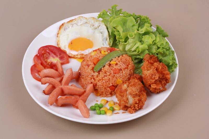 Amerykanie smażący ryż nakrywali pogodny up, kiełbasa kurczak i ziele zdjęcie royalty free