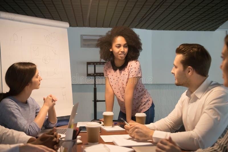 Amerykanin afrykańskiego pochodzenia kierownik projektu trenera młody mówienie przy drużynowym spotkaniem zdjęcia royalty free