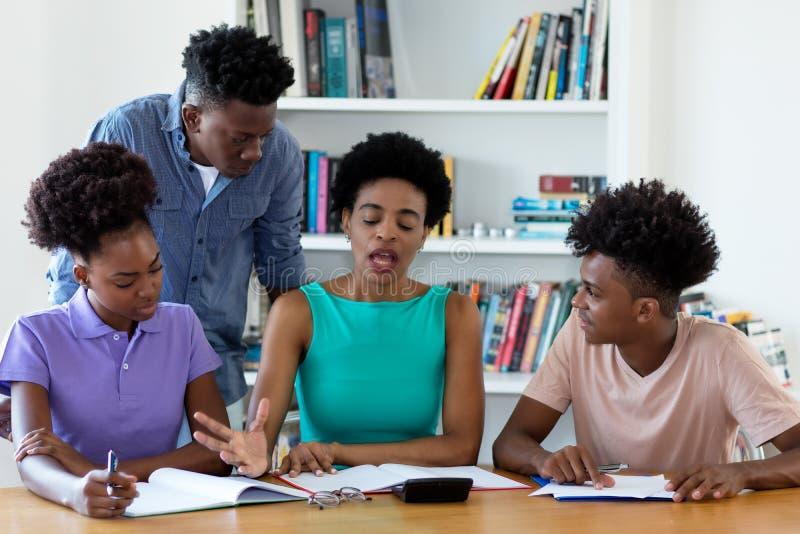 Amerykanin afrykańskiego pochodzenia adiunkta nauczania żeńscy ucznie zdjęcie royalty free