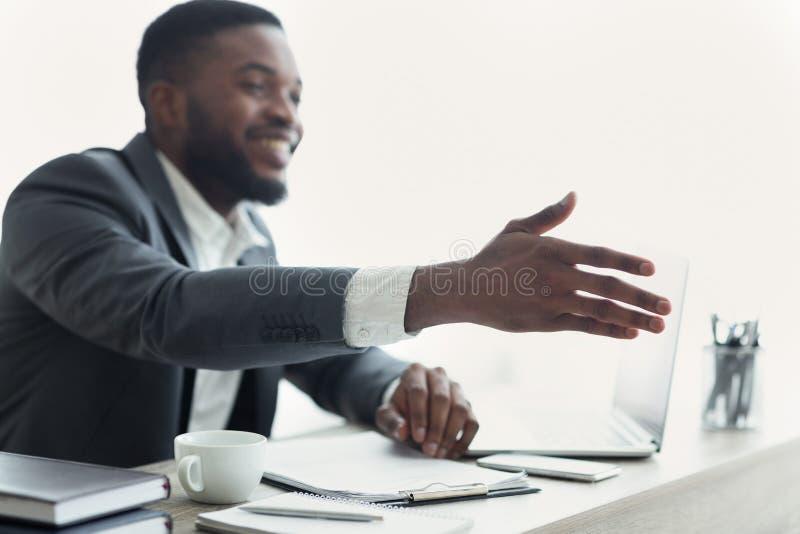 Amerykanin Afrykańskiego Pochodzenia biznesmena przedłużyć ręka potrząśnięcie zdjęcie stock
