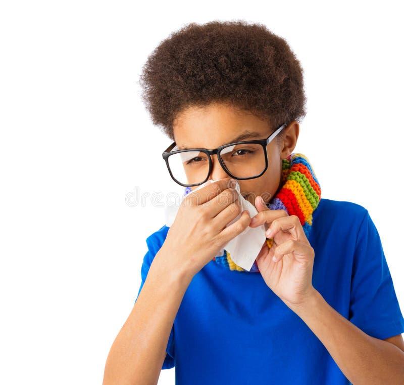 Amerykanin Afrykańskiego Pochodzenia chłopiec ma grypę zdjęcie stock