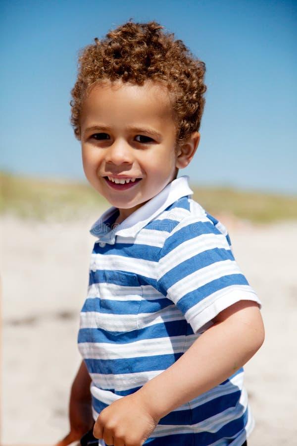 Amerykanin Afrykańskiego Pochodzenia Chłopiec Ma Zabawę na Pogodnym Lato zdjęcie stock