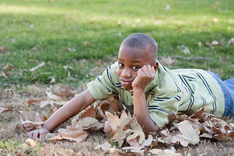 amerykanin afrykańskiego pochodzenia chłopiec parka potomstwa zdjęcia stock