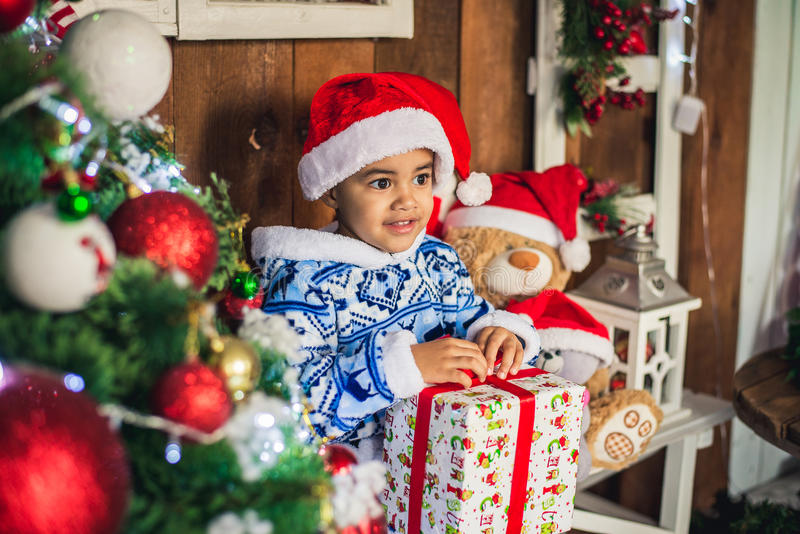 Amerykanin Afrykańskiego Pochodzenia chłopiec ubierający kostiumowy Święty Mikołaj zdjęcia royalty free