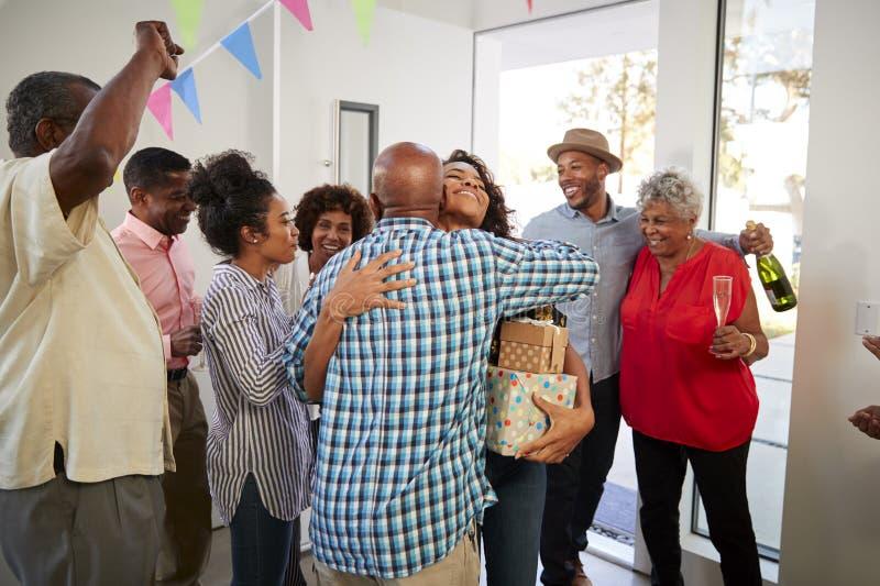 Amerykanin Afrykańskiego Pochodzenia dziadkowie wita gości ich dom dla rodziny przyjęcia fotografia royalty free