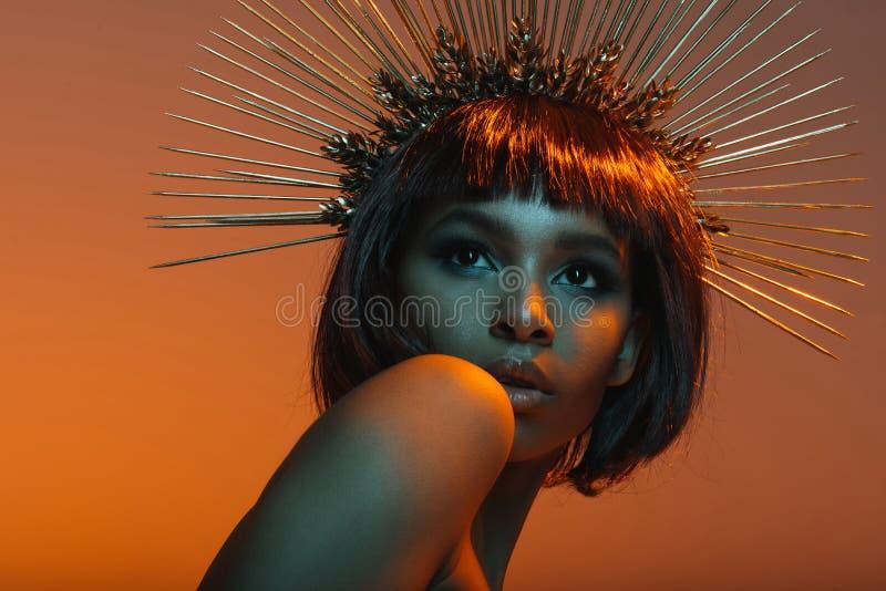 Amerykanin afrykańskiego pochodzenia dziewczyna pozuje w headpiece z igłami zdjęcie stock
