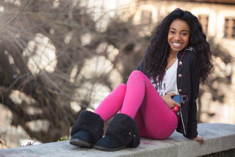 amerykanin afrykańskiego pochodzenia dziewczyny listenin nastoletni potomstwa zdjęcia stock
