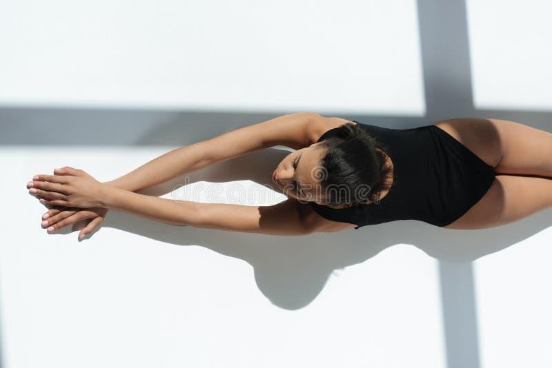 Amerykanin afrykańskiego pochodzenia elegancka zmysłowa kobieta relaksuje i sunbathing w czarnym swimsuit obrazy royalty free