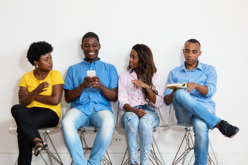 Amerykanin afrykańskiego pochodzenia grupa ludzi w poczekalni obraz royalty free