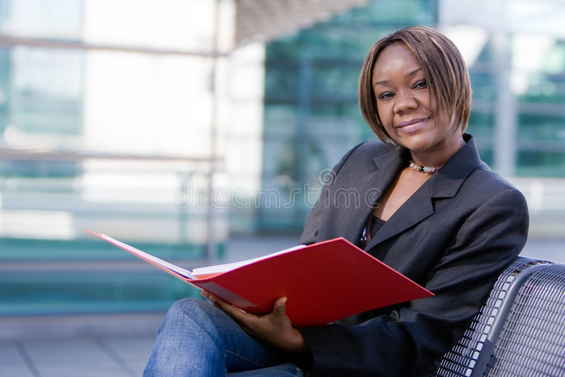 amerykanin afrykańskiego pochodzenia kobieta biznesowa skoroszytowa fotografia stock