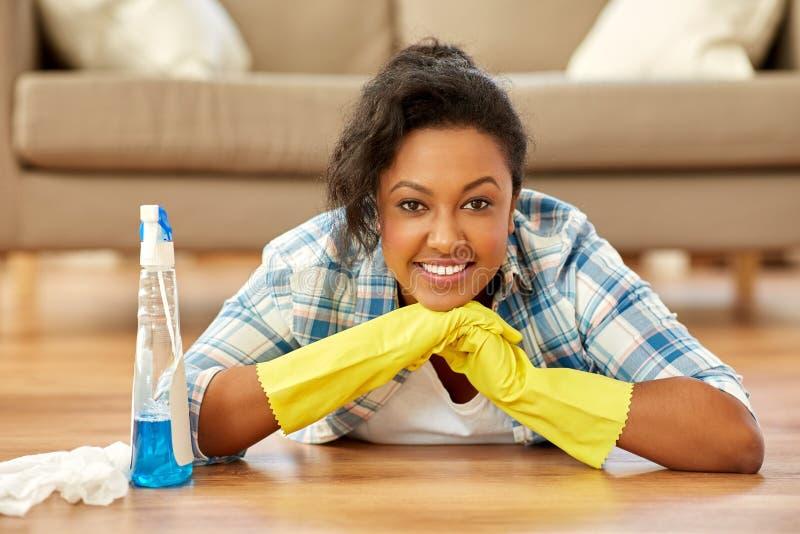 Amerykanin afrykańskiego pochodzenia kobieta czyści do domu fotografia stock