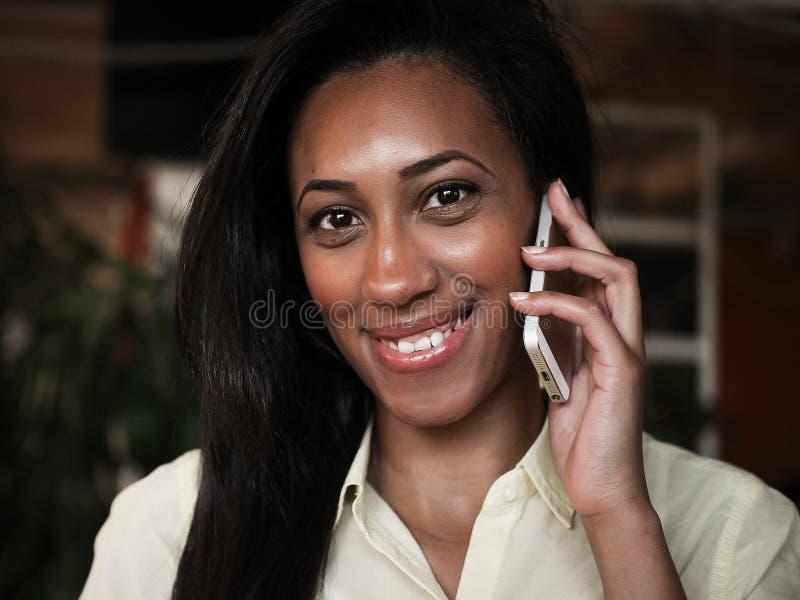 Amerykanin Afrykańskiego Pochodzenia kobieta opowiada na telefonie komórkowym - murzyni zdjęcia royalty free