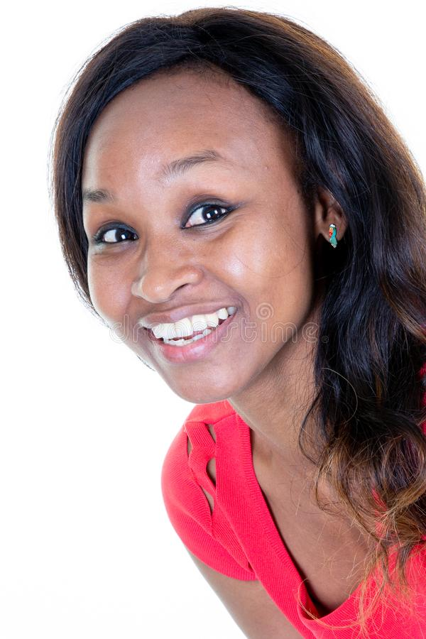 Amerykanin afrykańskiego pochodzenia kobieta patrzeje kamery uśmiechniętego ładnego szczęście obrazy stock