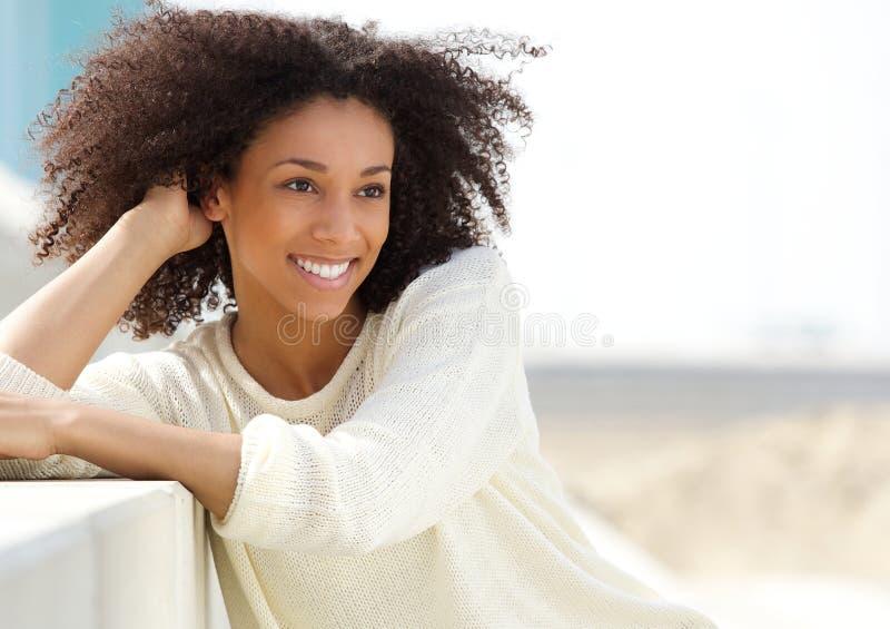 Amerykanin afrykańskiego pochodzenia kobieta relaksuje outdoors fotografia stock