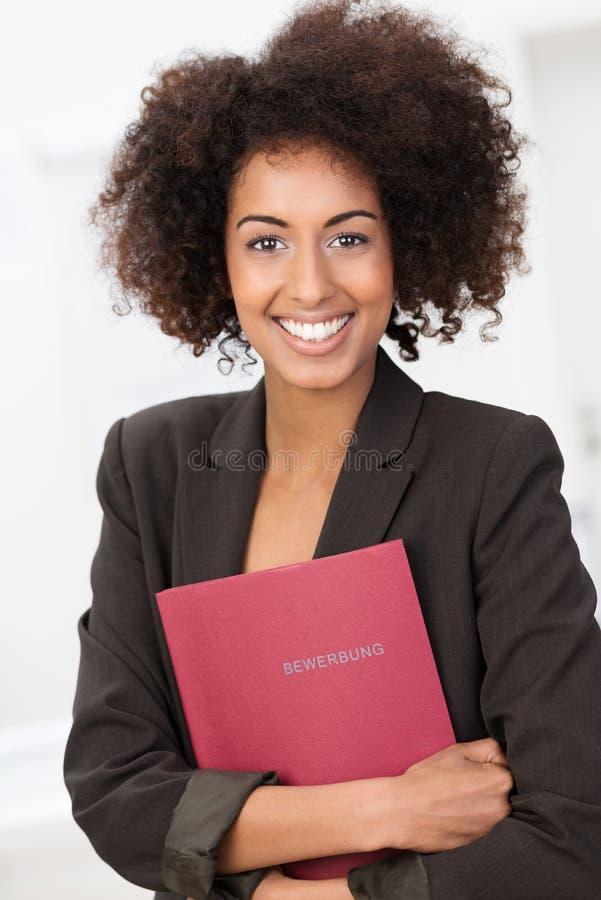 Amerykanin Afrykańskiego Pochodzenia kobieta trzyma mocno czerwoną kartotekę zdjęcia royalty free