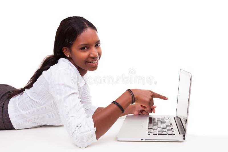 Amerykanin Afrykańskiego Pochodzenia kobieta używa laptop - murzyni fotografia royalty free