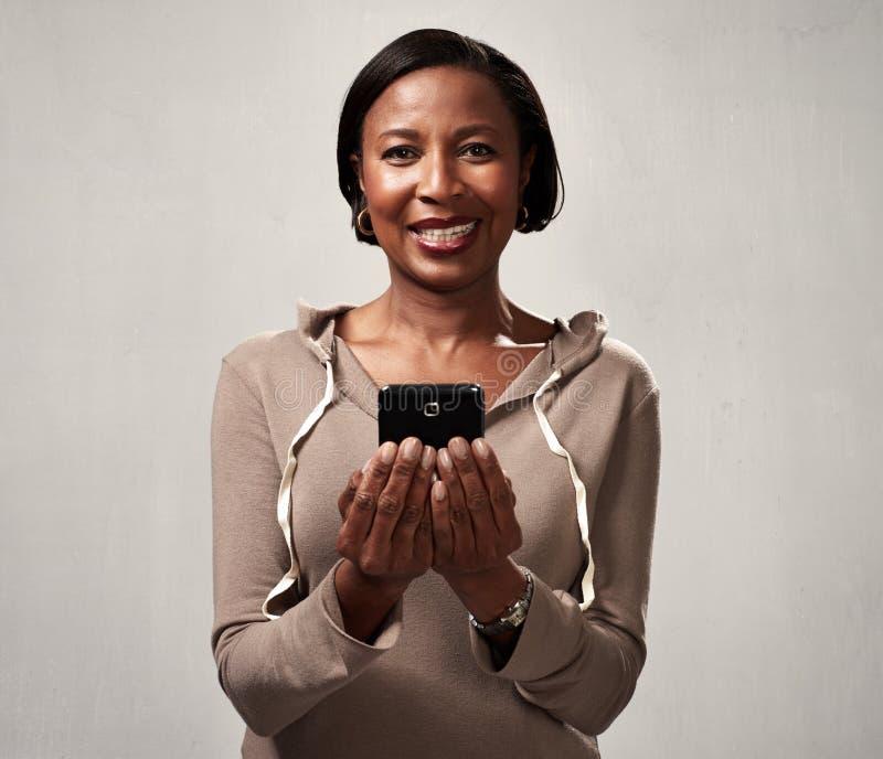 Amerykanin afrykańskiego pochodzenia kobieta z smartphone fotografia royalty free