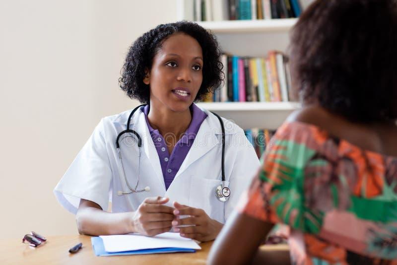 Amerykanin afrykańskiego pochodzenia kobiety doktorski opowiadać pacjent obrazy stock