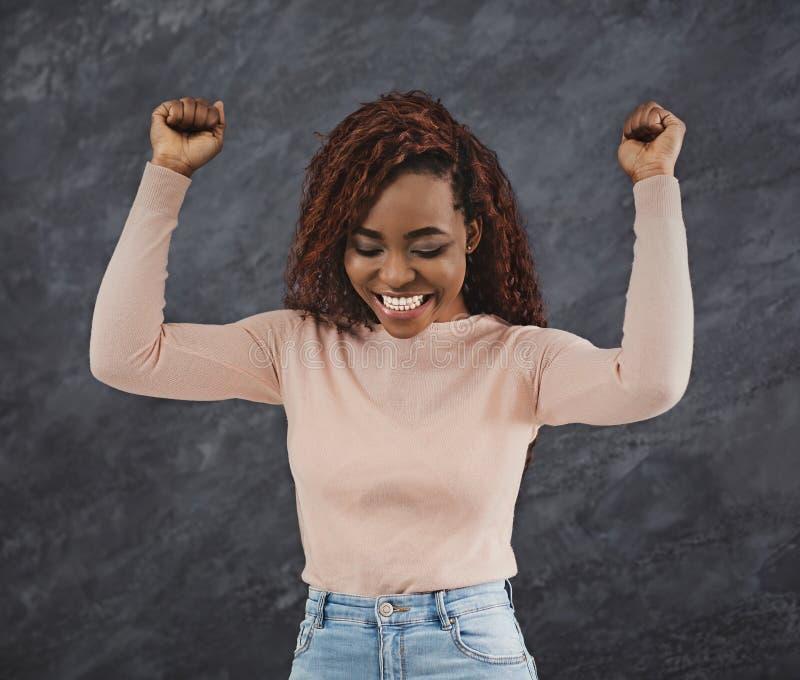 Amerykanin afrykańskiego pochodzenia kobiety doping z nastroszonymi rękami zdjęcie stock