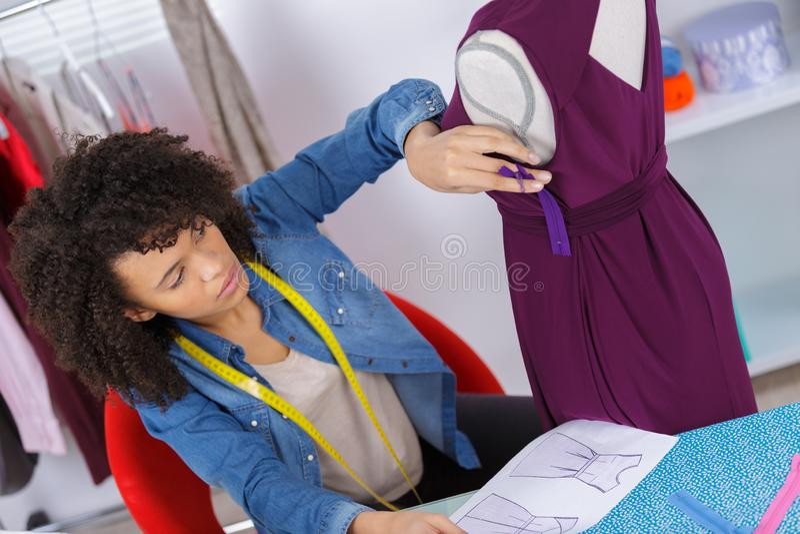 Amerykanin Afrykańskiego Pochodzenia krawcowej zaszywania żeński płótno na szwalnej maszynie fotografia royalty free