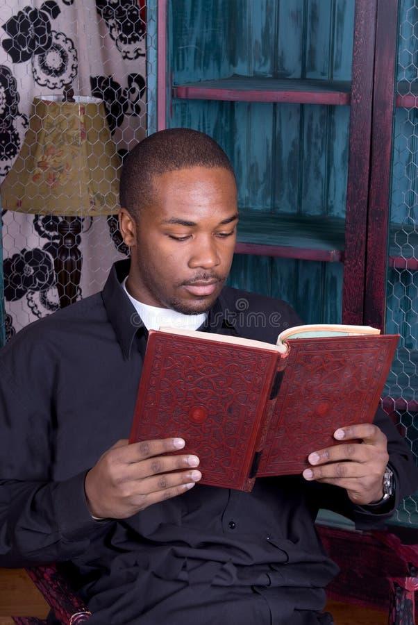 amerykanin afrykańskiego pochodzenia książki mężczyzna czytanie fotografia stock